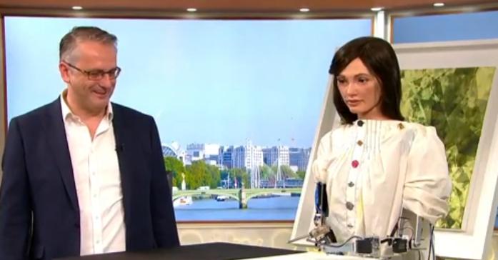 В Великобритании зрители утренней программы попросили оставить робота вести эфир на постоянной основе