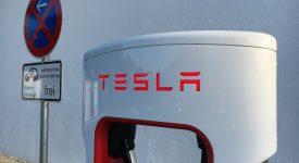 Автопилот Tesla мгновенно остановит машину перед пешеходом