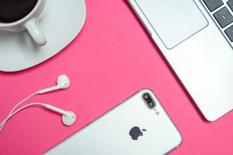 place of work women 3346613 1280 950x633 - Глава Apple прокомментировал возможность создания цифровой валюты
