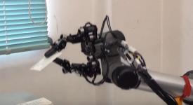 Роботизированная рука держит карту